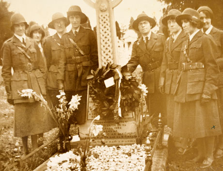 1930's commemoration photo /Cumann na mban-graveside (MS 47,547/3/6